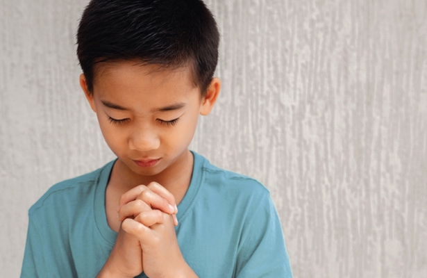 child praying bedtime prayers