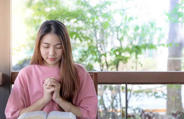 woman praying encouraging morning prayers